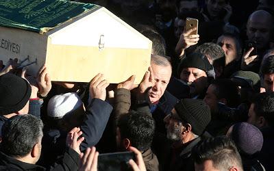 Σεισμός στην Τουρκία: Συγκλονισμένος ο Ερντογάν κουβάλησε φέρετρο θύματος - Φωτογραφία 3