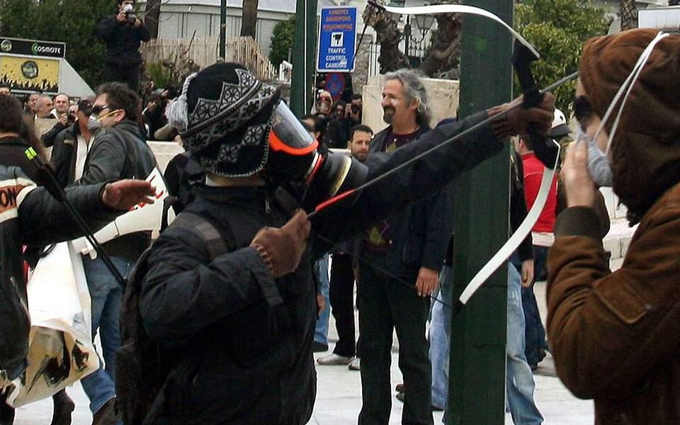 Επιχείρηση της Αντιτρομοκρατικής στα Εξάρχεια: Συνελήφθη ο τοξοβόλος του Συντάγματος - Φωτογραφία 1