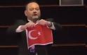 Ο Γιάννης Λαγός έσκισε την τουρκική σημαία στο Ευρωκοινοβούλιο, οργισμένη απάντηση Τσαβούσογλου