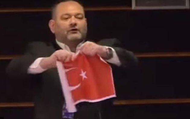 Αθήνα και Αγκυρα καταδικάζουν το σκίσιμο της τουρκικής σημαίας από τον Λαγό - Φωτογραφία 1