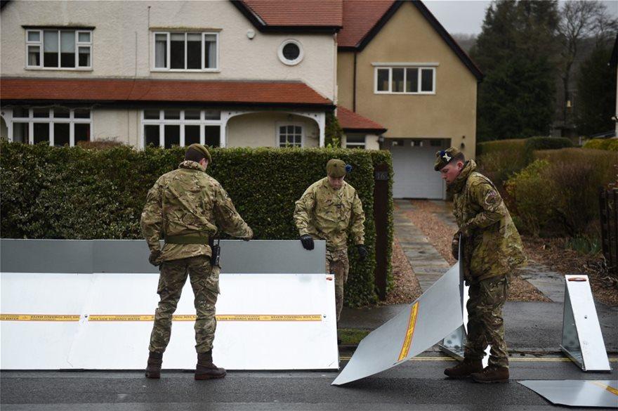 Η φονική καταιγίδα «Ντένις» σαρώνει τη Βρετανία - Δύο νεκροί - Φωτογραφία 2
