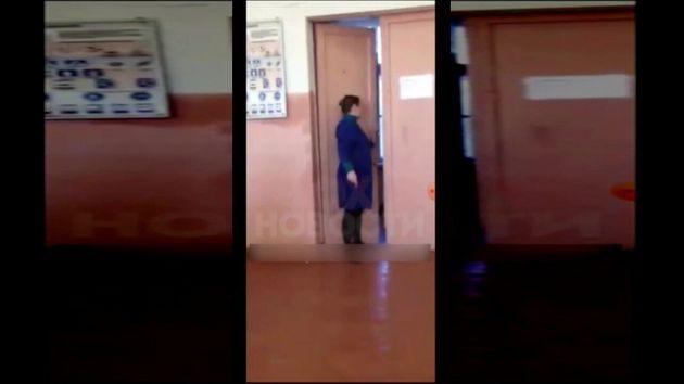 Ρωσία: Καθηγήτρια τραβάει την καρέκλα από μαθητή κι εκείνος την γρονθοκοπεί (video) - Φωτογραφία 1