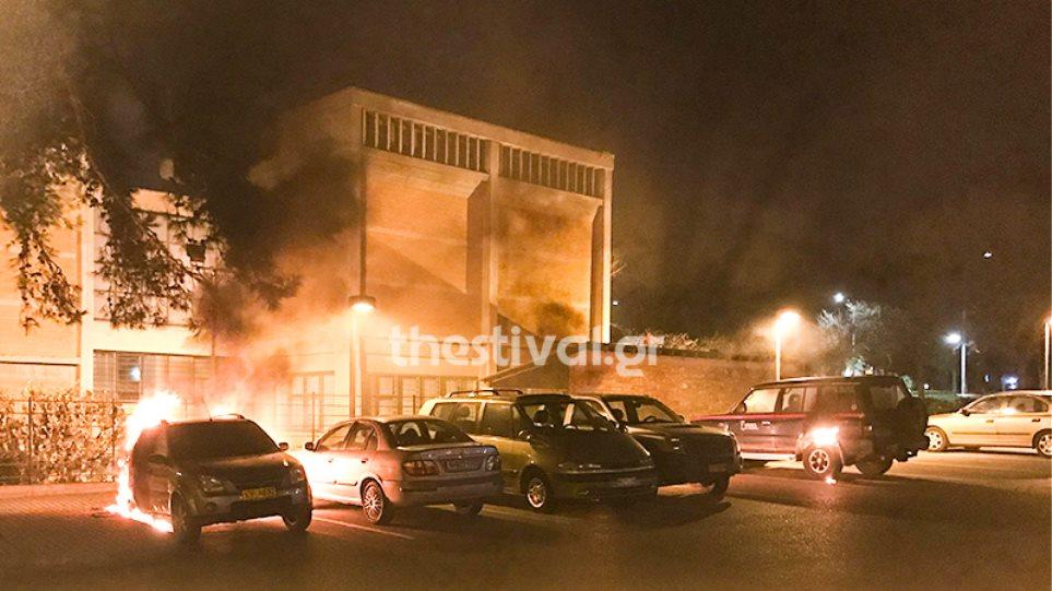 Έκαψαν τρία οχήματα του υπ. Πολιτισμού έξω από το Βυζαντινό Μουσείο - Φωτογραφία 1