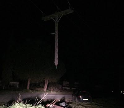 Τρίκαλα: αυτοκίνητο έκοψε στα δύο στύλο της ΔΕΗ - Φωτογραφία 2