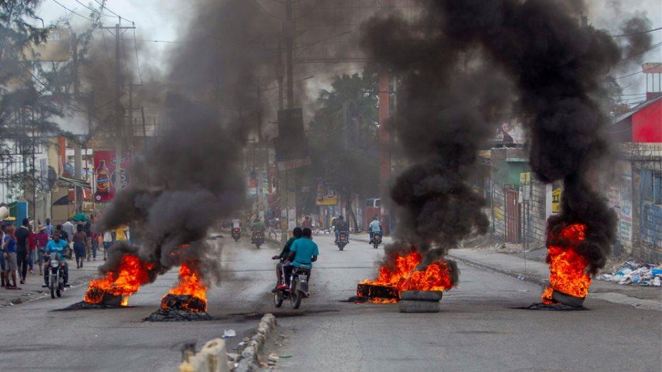 Αϊτή: Παρέλυσε χθες η πρωτεύουσα μετά τα αιματηρά επεισόδια μεταξύ αστυνομικών και στρατιωτικών - Φωτογραφία 1