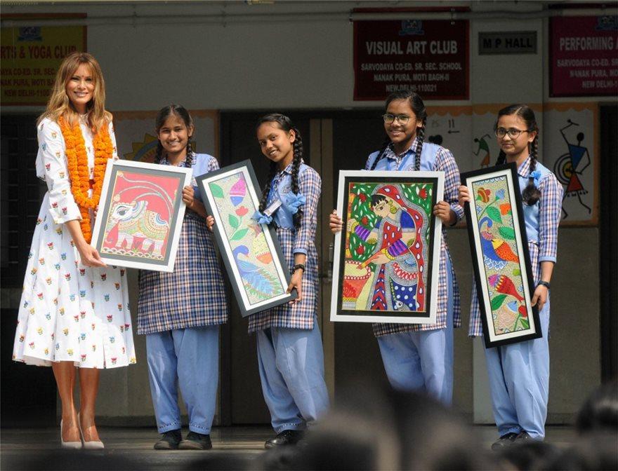 Ταξίδι Τραμπ στην Ινδία: Οι εντυπωσιακές εμφανίσεις της Μελάνια - Φωτογραφία 7