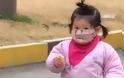 Γλυκύτατο κοριτσάκι προσπαθεί να φάει μπισκότο φορώντας... ιατρική μάσκα (video)