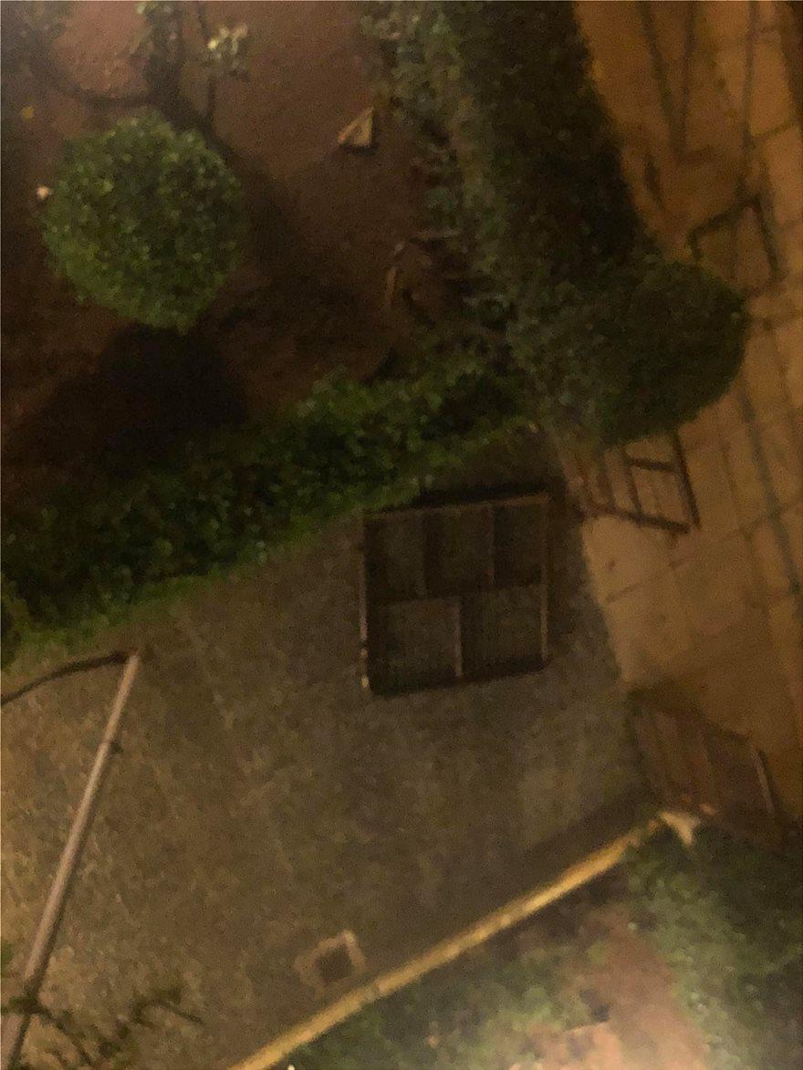 Π.Φάληρο: Αγνόησαν τα μέτρα και βγήκαν να παίξουν ξύλο στη μέση του δρόμου! - Φωτογραφία 2
