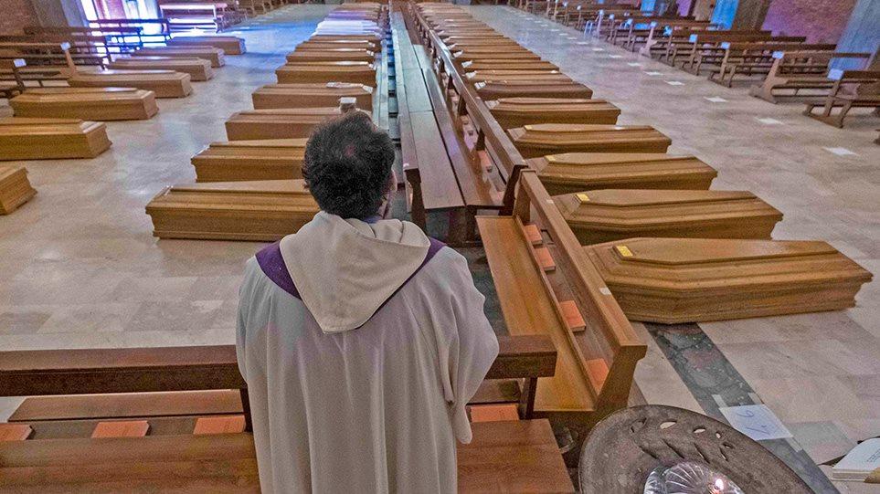 Ιταλία: Εκκλησία γεμάτη φέρετρα στο Μπέργκαμο - Συγκλονιστικές Φωτος - Φωτογραφία 1