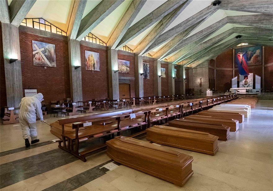 Ιταλία: Εκκλησία γεμάτη φέρετρα στο Μπέργκαμο - Συγκλονιστικές Φωτος - Φωτογραφία 10