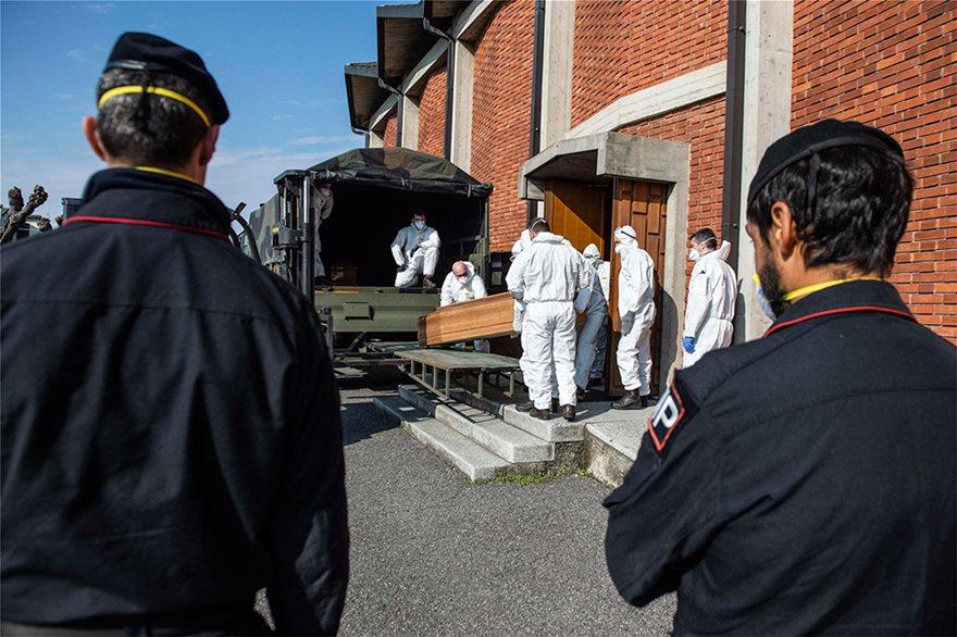 Ιταλία: Εκκλησία γεμάτη φέρετρα στο Μπέργκαμο - Συγκλονιστικές Φωτος - Φωτογραφία 3