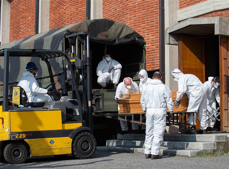 Ιταλία: Εκκλησία γεμάτη φέρετρα στο Μπέργκαμο - Συγκλονιστικές Φωτος - Φωτογραφία 4