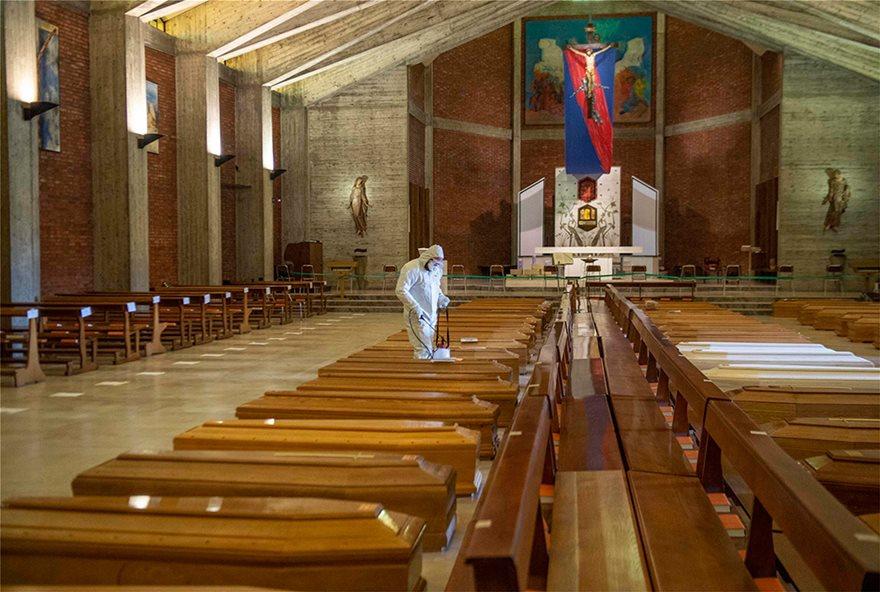 Ιταλία: Εκκλησία γεμάτη φέρετρα στο Μπέργκαμο - Συγκλονιστικές Φωτος - Φωτογραφία 9