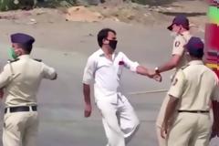 Ινδία: Ξύλο, «βαθιά καθίσματα» και απειλές με πυρά για να επιβληθεί η καραντίνα