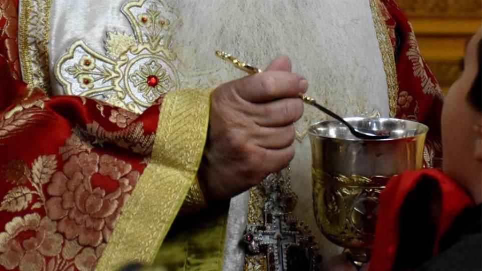 Αν δεν μεταδίδονται ασθένειες με τη Θεία Κοινωνία τότε δεν θα χώριζαν ζευγάρια από θρησκευτικό γάμο, λέει ιερέας - Φωτογραφία 1