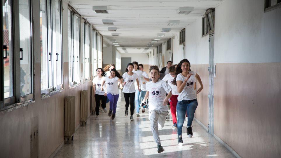 Βρετανία: Τα σχολεία να αποφασίσουν μόνα τους αν θα ανοίξουν, λέει αξιωματούχος υγείας - Φωτογραφία 1