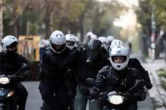 Ειδικοί φρουροί καταγγέλλουν αστυνομικό ότι απέτρεψε σύλληψη κουκουλοφόρου στα επεισόδια της Πέμπτης