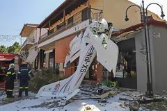 Πρώτη Σερρών: Το μικρό αεροπλάνο έπεσε 100 μέτρα μακριά από το φαρμακείο που εργάζεται η μητέρα του χειριστή