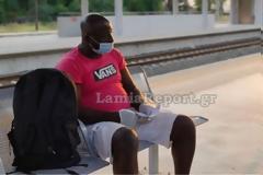 Λαμία: Απίστευτο περιστατικό - Τον πέταξαν έξω από το τρένο γιατί νόμιζαν ότι έχει κορωνοϊό