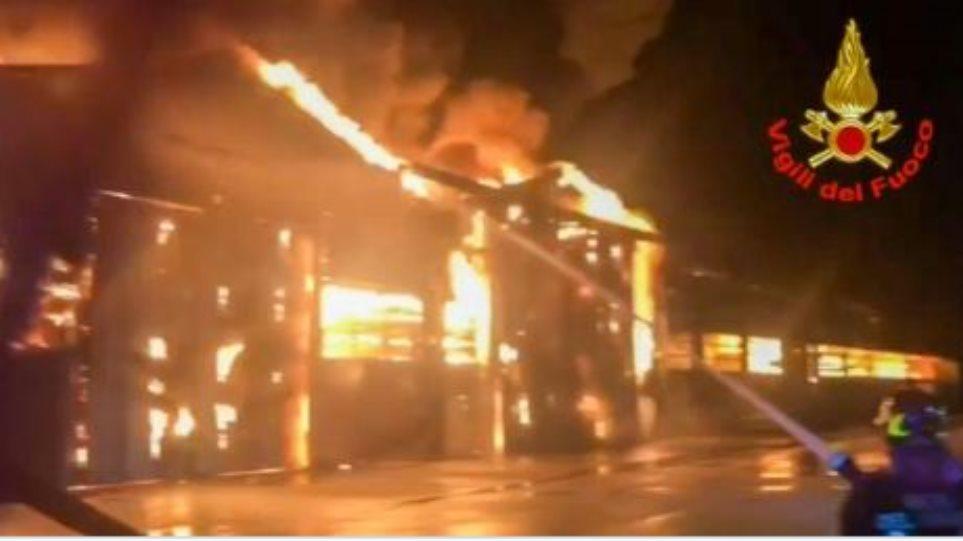 Φωτιά στο λιμάνι της Ανκόνα: Κλειστά τα σχολεία και τα πάρκα της πόλης - Φωτογραφία 1