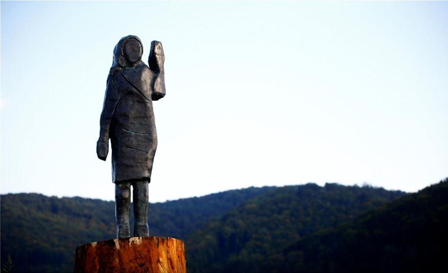 Σλοβενία: Το νέο άγαλμα της Μελάνια Τραμπ είναι το πιο... κακόγουστο - Φωτογραφία 3