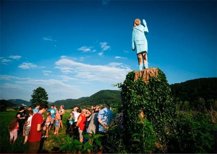 Σλοβενία: Το νέο άγαλμα της Μελάνια Τραμπ είναι το πιο... κακόγουστο - Φωτογραφία 4