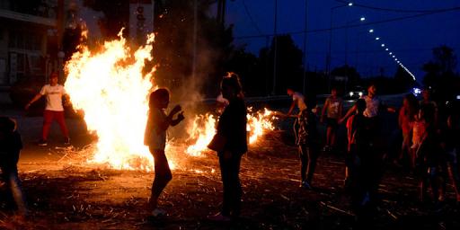 Επεισόδια για τον θάνατο του 18χρονου Ρομά από την Καλαμάτα -Μπλόκα στην Αργολίδα - Φωτογραφία 1