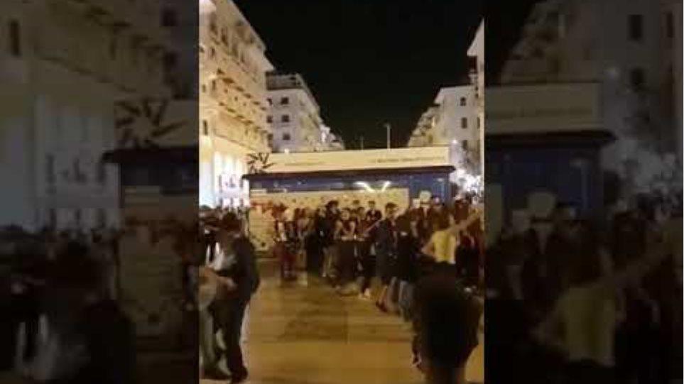 «Χαμός» χθες στη Θεσσαλονίκη - Συνωστισμός στην πλατεία Αριστοτέλους - Φωτογραφία 2
