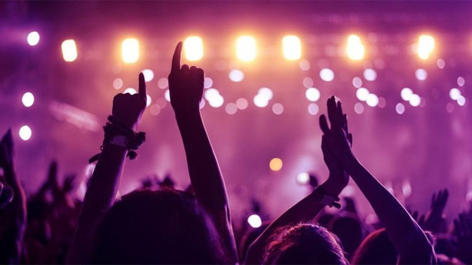 Φωτος: Κορωνο-πάρτι με ημίγυμνες χορεύτριες παρά την απαγόρευση κυκλοφορίας - Φωτογραφία 1