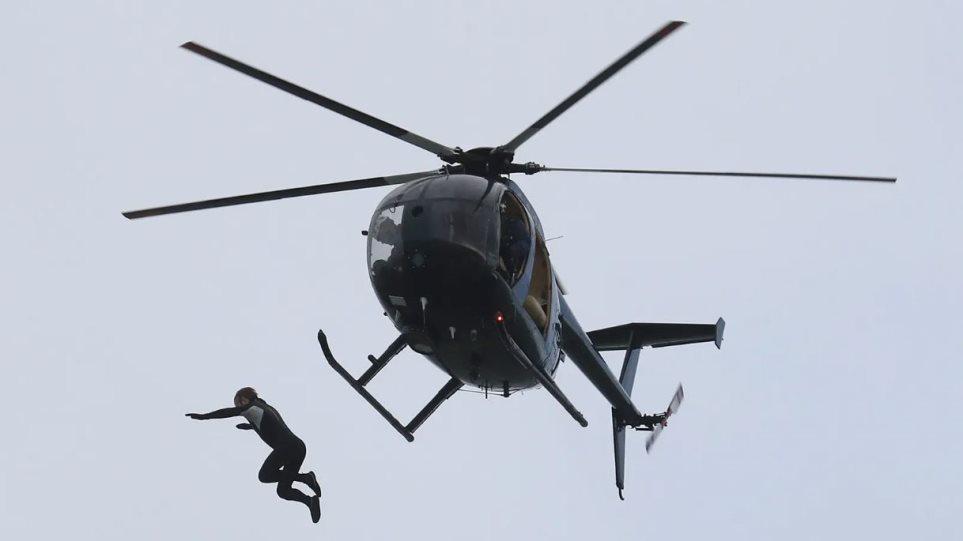 Βρετανία: Έπεσε από ελικόπτερο σε ύψος 40 μέτρων χωρίς αλεξίπτωτο! - Φωτογραφία 1