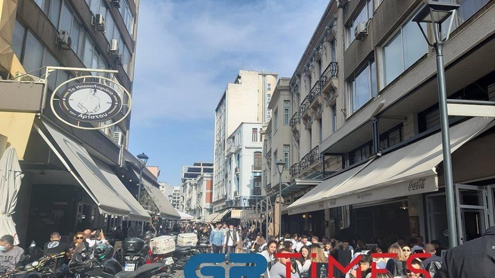 Με τσίπουρα και καφέδες η 28η Οκτωβρίου στη Θεσσαλονίκη (Φωτος) - Φωτογραφία 1
