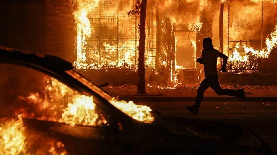 Απαγόρευση κυκλοφορίας στη Φιλαδέλφεια μετά τα βίαια επεισόδια - Φωτογραφία 1