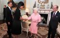 """9 φορές που η βασίλισσα Ελισάβετ έκανε τη δική της επανάσταση και """"έσπασε"""" το πρωτόκολλο"""