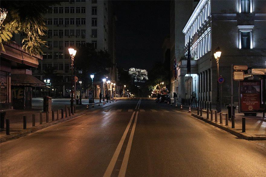 Φωτος: Έρημο Σαββατόβραδο στις πόλεις - Άδειοι οι δρόμοι - Φωτογραφία 3