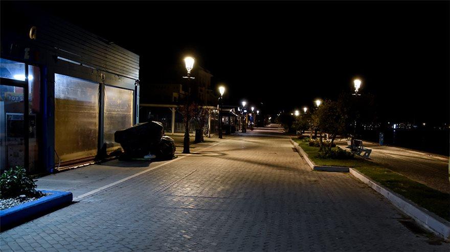 Φωτος: Έρημο Σαββατόβραδο στις πόλεις - Άδειοι οι δρόμοι - Φωτογραφία 9