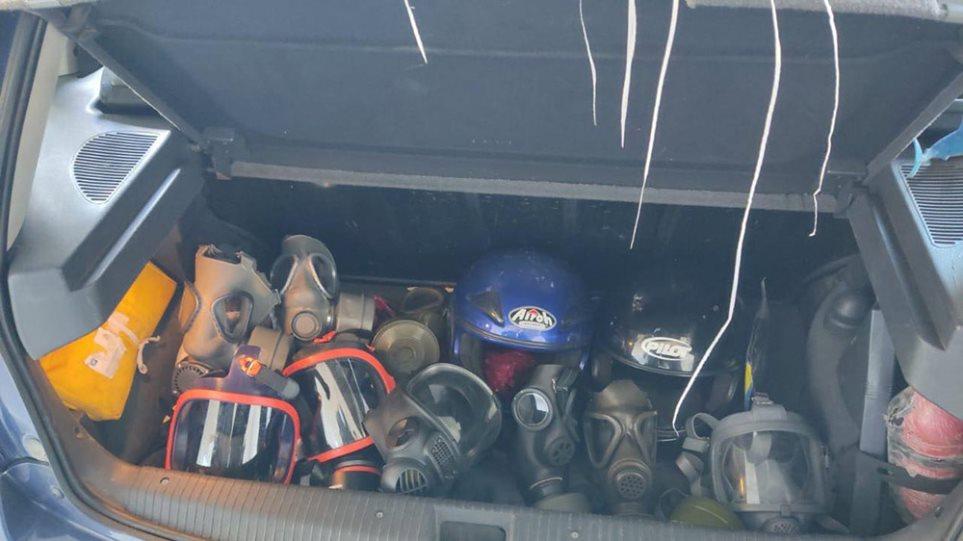 Κοντάρια, κράνη, αντιασφυξιογόνες μάσκες σε έλεγχους στο κέντρο της Αθήνας - Φωτογραφία 1