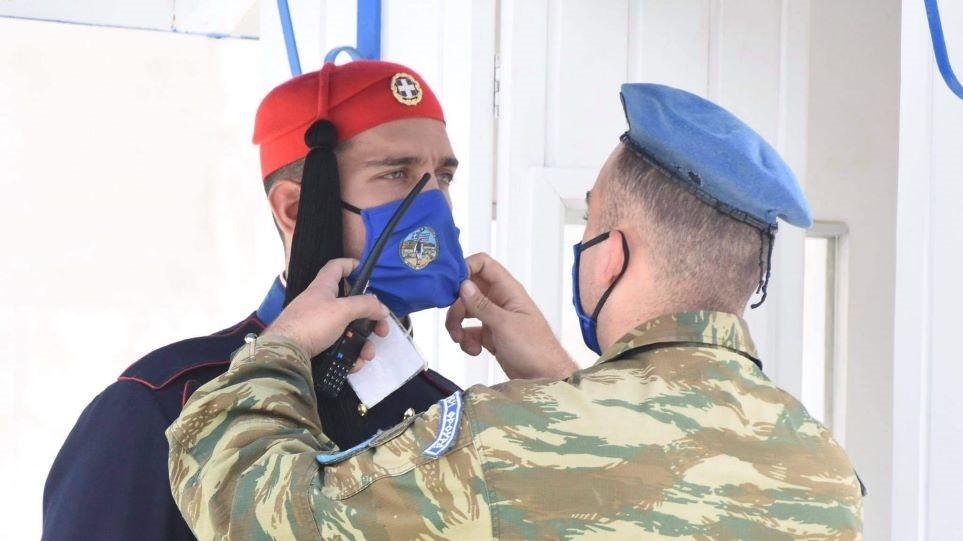Με μάσκες οι Εύζωνες της Προεδρικής Φρουράς - Φωτογραφία 1
