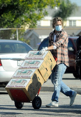 Οι φωτογραφίες του Μπραντ Πιτ να μοιράζει τρόφιμα ως εθελοντής - Δεν τον αναγνώρισαν λόγω μάσκας - Φωτογραφία 1