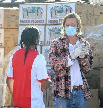 Οι φωτογραφίες του Μπραντ Πιτ να μοιράζει τρόφιμα ως εθελοντής - Δεν τον αναγνώρισαν λόγω μάσκας - Φωτογραφία 3