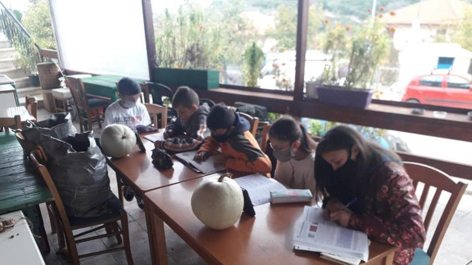 Μαθητές κάνουν τηλεκπαίδευση με μπουφάν και κινητό σε καφενείο - Φωτογραφία 1