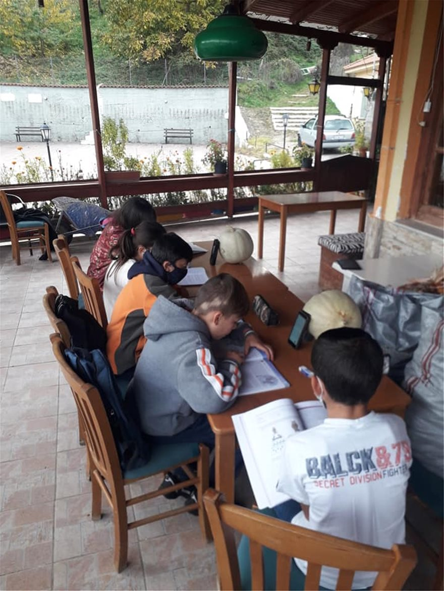 Μαθητές κάνουν τηλεκπαίδευση με μπουφάν και κινητό σε καφενείο - Φωτογραφία 4