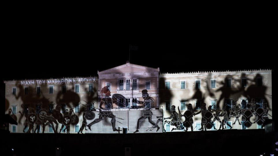 Οι εντυπωσιακές εικόνες για τις Ένοπλες Δυνάμεις στην πρόσοψη της Βουλής - Φωτογραφία 1