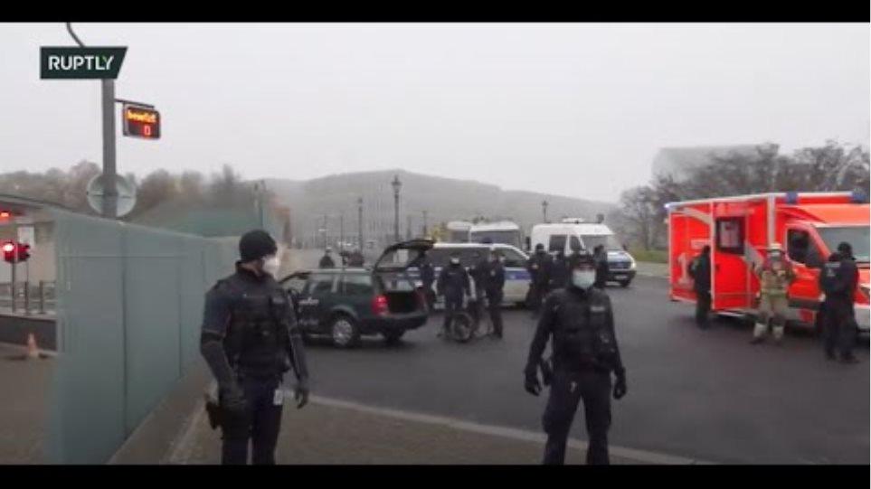 Βερολίνο: Αυτοκίνητο έπεσε στην πύλη της Καγκελαρίας - Φωτογραφία 1