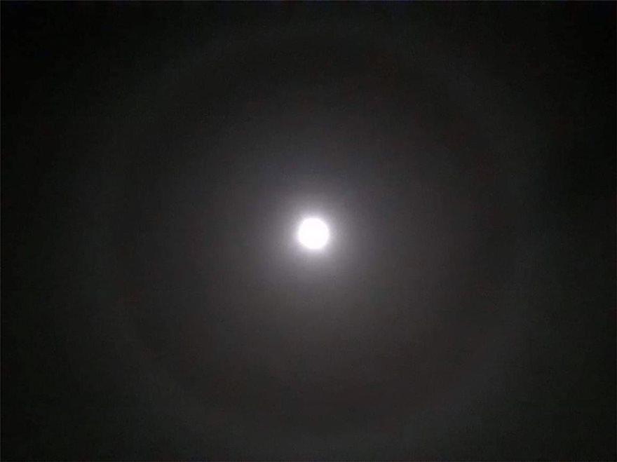 Σεληνική «Άλως»: Εντυπωσιακή η εικόνα του φεγγαριού να καλύπτεται από φωτεινό στέμμα - Φωτογραφία 2