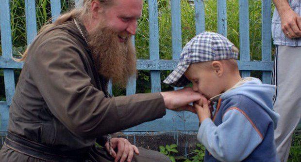 Παιδί μου,μην ξεχνάς ότι αυτό το χέρι το'φτιαξε ο Θεός,είσαι αδελφός μου. - Φωτογραφία 1