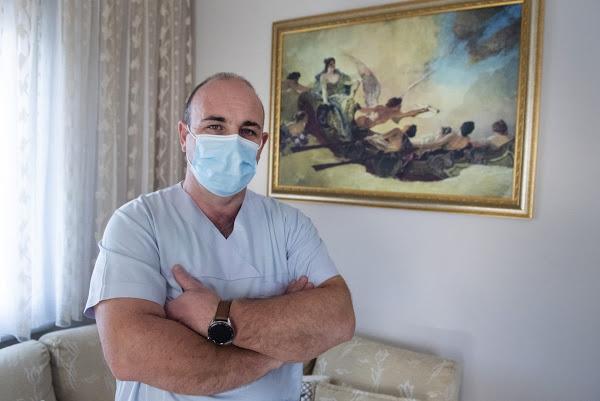 Αφιέρωμα του Αssociated Press στον νοσηλευτή Γαβριήλ Ταχτατζόγλου που έκανε ΜΕΘ το σπίτι του - Φωτογραφία 1