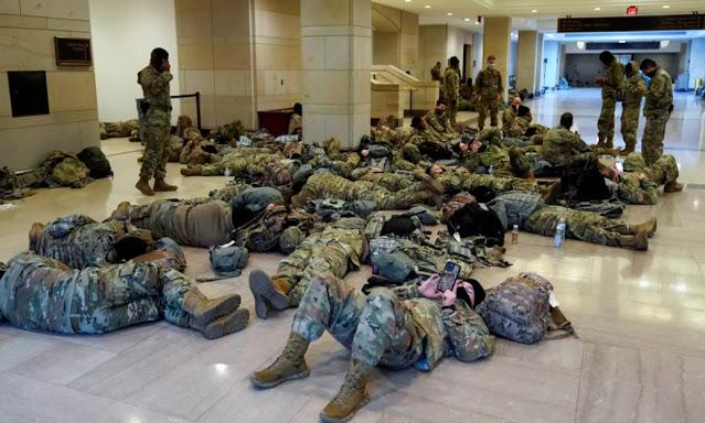 Στρατοκρατείται το Καπιτώλιο - Απίστευτες εικόνες ενώ συζητείται η αποπομπή Τραμπ - Φωτογραφία 1