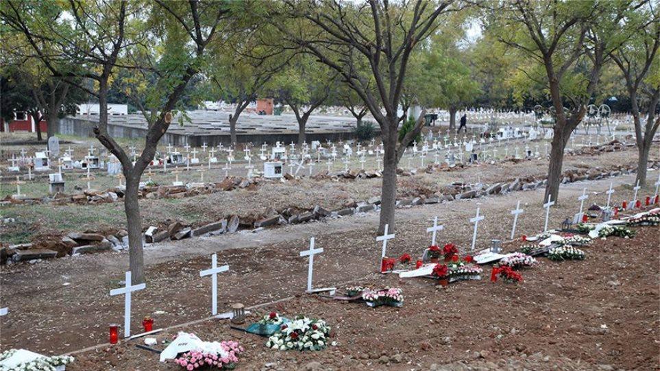 Συγκλονιστικό - Αμέτρητοι οι τάφοι για τα θύματα της πανδημίας - Φωτογραφία 1
