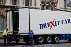 Brexit: Φορτηγά μεταφοράς θαλασσινών κατέκλυσαν τη Ντάουνινγκ Στριτ