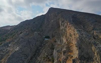 Το εκκλησάκι στο Μέσα Βουνό που δύσκολα εντοπίζεις στα βράχια - Φωτογραφία 1